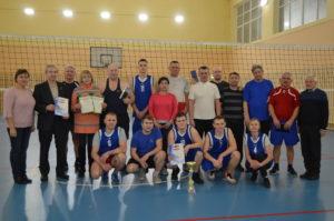 Школьники сыграли в волейбол с ветеранами