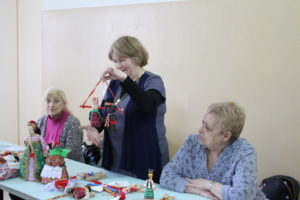 Пациентам Городской клинической больницы №2 подарили традиционные русские куклы
